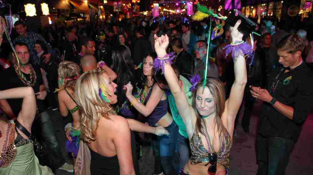 מועדונים בברלין , נחשבים כיעד אטרקטיבי להכרויות עם בחורות מושכות. במאמר הזה צוות texther ריכז את הבולטים שבהם וגם כמה טיפים להתחיל עם בחורה בחיי הלילה.